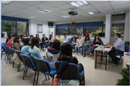 郑建向青年社工分享成长经历