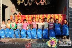 """【华龙网】暴雨后爱心人士送""""温暖包"""" 荣昌281名孩子收开学礼"""
